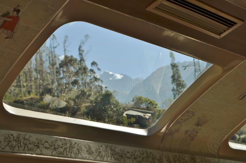 Peru, Cusco Fenster auf dem Dach des Zugs, der zu Machu Picchu führt lizenzfreie stockbilder