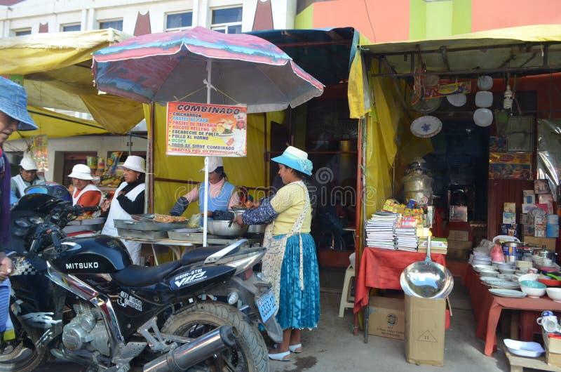 Peru, Cusco Mulheres que vendem alimentos da rua no centro de Cusco imagem de stock
