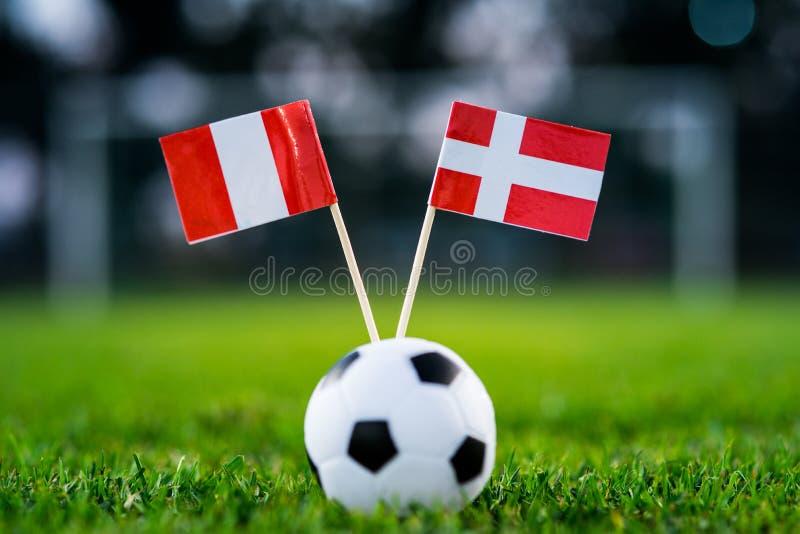 Peru - Danmark, grupp C, lördag, 16 Juni fotboll, världscup, Ryssland 2018, nationsflaggor på grönt gräs, vit fotbollboll royaltyfria bilder