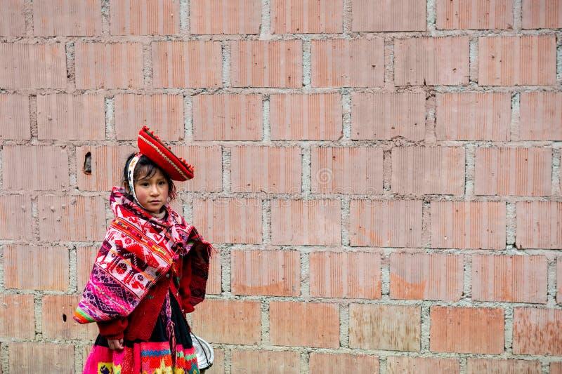 Peru - 13 de outubro de 2018: Menina peruana com chap?u tradicional imagem de stock