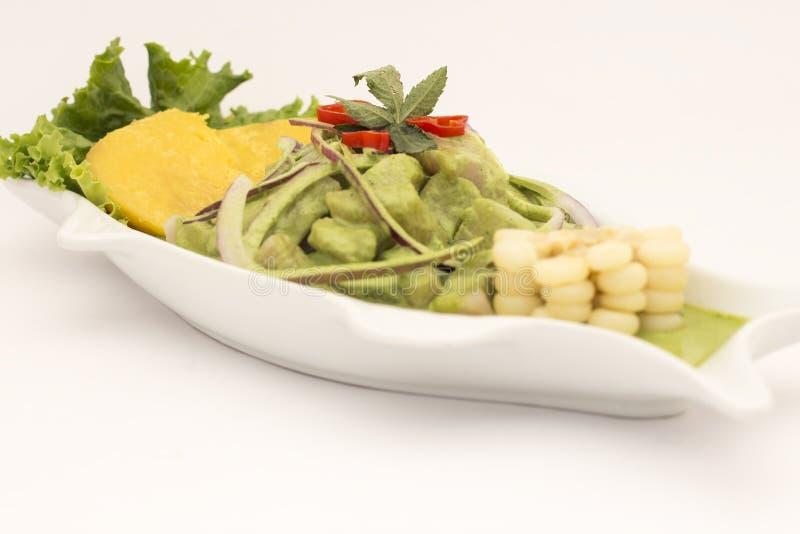 Peru Dish: Cebiche (ceviche) en Crema Andina Basilika koriander, ny fisk, citronjuice, lök, söt potatoe, camote arkivfoto