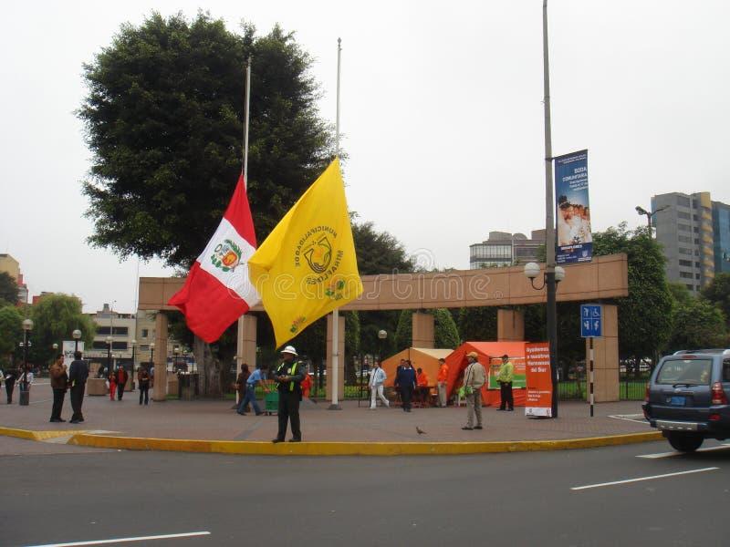 Peru fällde ned en flagga på halva stången på 18 Augusti 2007 tack vare jordskalvet of15 Augusti 2007, 150 kilometer söder-sydost fotografering för bildbyråer