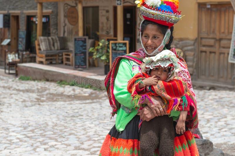 Peru - Oktober 13, 2018: Peruviaanse vrouwen met jong geitje in kleurrijke kleding royalty-vrije stock foto