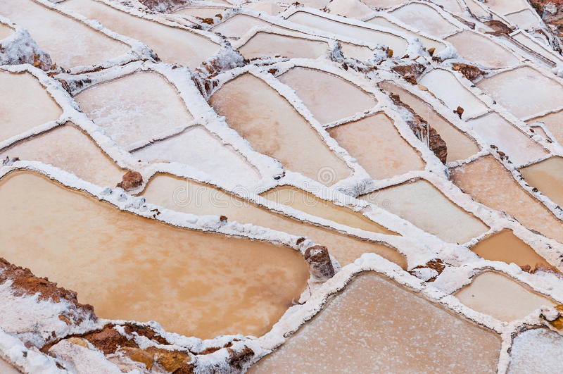 Peru - Salinas de Maras Salt naturlig min Inca Salt panorerar, nära Cuzco i den sakrala dalen, Peru royaltyfri fotografi
