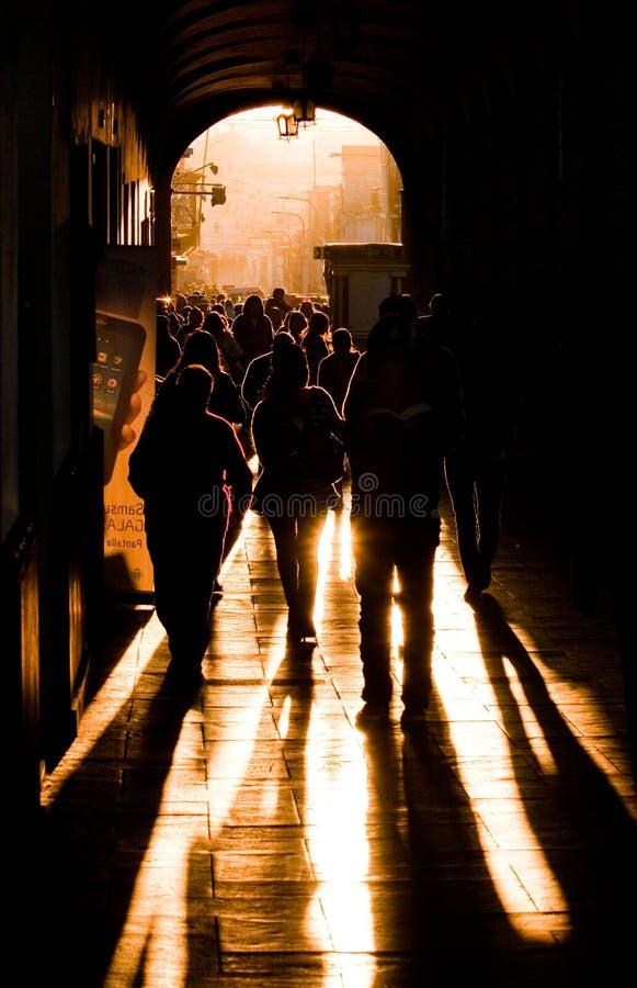 PERU, Silhouetten van willekeurige onherkenbare mensen die in een tunnel lopen royalty-vrije stock afbeelding
