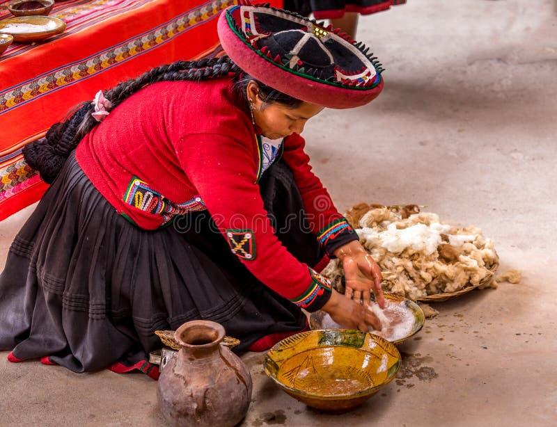 Peruanen använder naturliga färger för att färga fiber royaltyfria foton