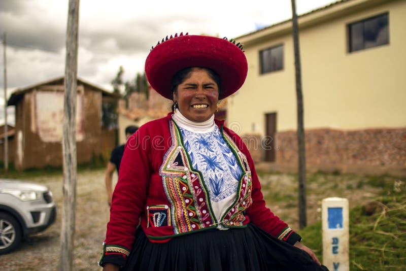 Peruanische Arme, die mit traditioneller Inkakleidung l?cheln lizenzfreie stockfotos