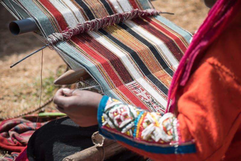Peruanische Dame, die traditionelle Methode spinnt lizenzfreie stockfotografie