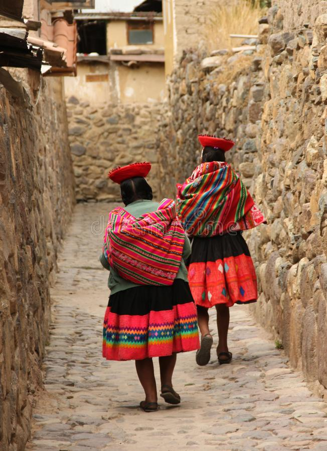 Peruanische Frau zwei, die hinunter eine Gasse geht stockfotografie