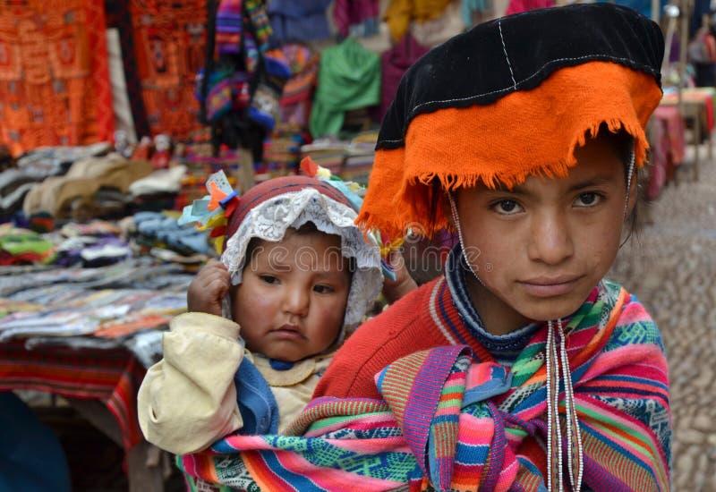 Peruanische Kinder im traditionellen Kleid lizenzfreie stockfotografie