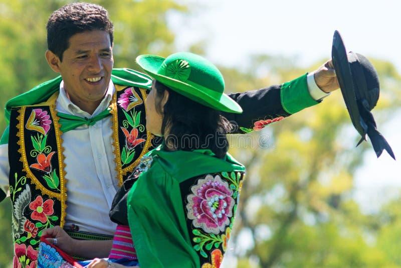 Peruanische Paare, die Huayno-Tanz tanzen stockfoto