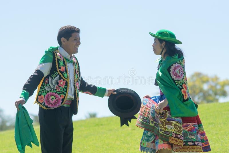 Peruanische Paare, die Huayno-Tanz tanzen lizenzfreies stockfoto