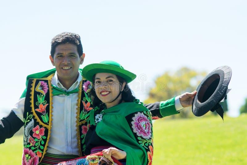 Peruanische Paare, die Huayno-Tanz tanzen stockfotos
