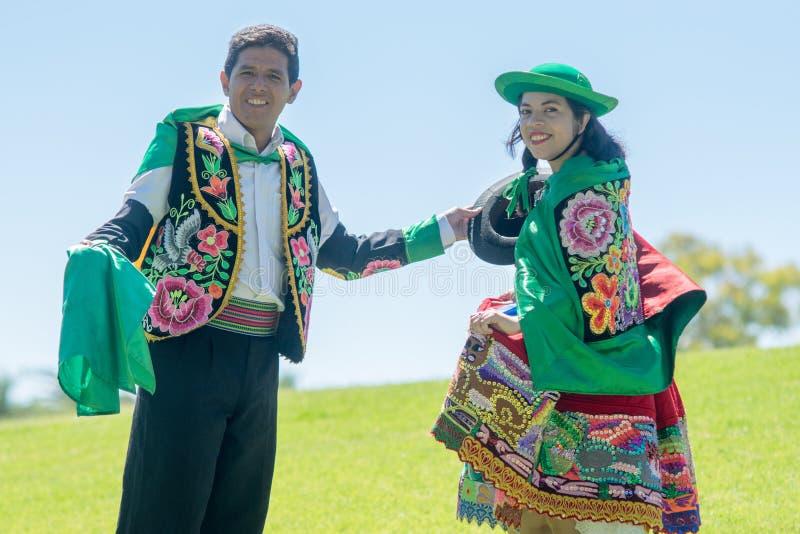 Peruanische Paare, die Huayno-Tanz tanzen lizenzfreie stockfotografie