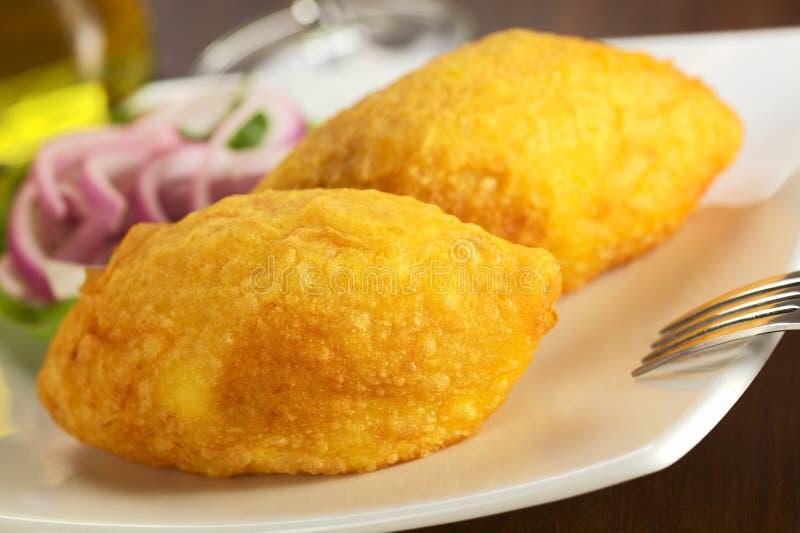 Peruanischer Teller rief Papa Rellena an (angefüllte Kartoffel) lizenzfreie stockfotografie