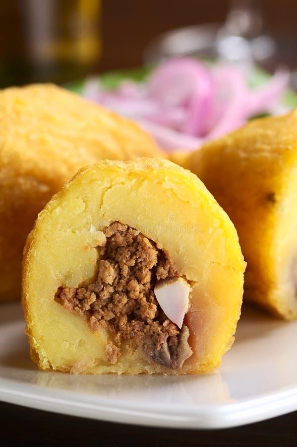 Peruanischer Teller rief Papa Rellena an (angefüllte Kartoffel) stockfoto