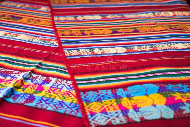 Peruanischer traditioneller gesponnener Wollgewebehintergrund, bunt stockbilder