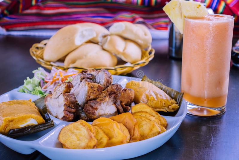 Peruanisches chicharron Betrug der Lebensmittelfrühstücksgefüllten maismehltaschen lizenzfreie stockfotos