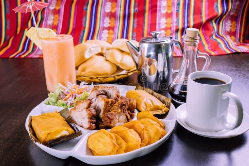 Peruanisches Lebensmittel: chicharron Betrug der Frühstücksgefüllten maismehltaschen lizenzfreie stockbilder
