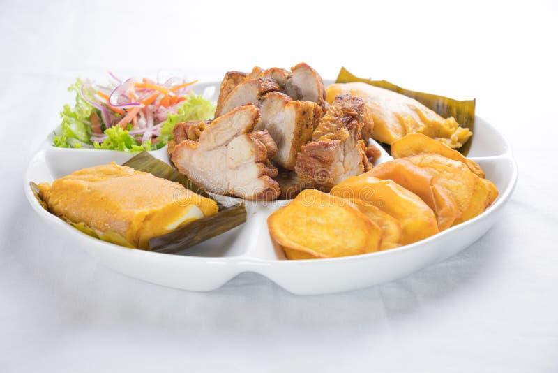 Peruanisches Lebensmittel: Chicharrones, gefüllte Maismehltaschen, camote frito stockfoto