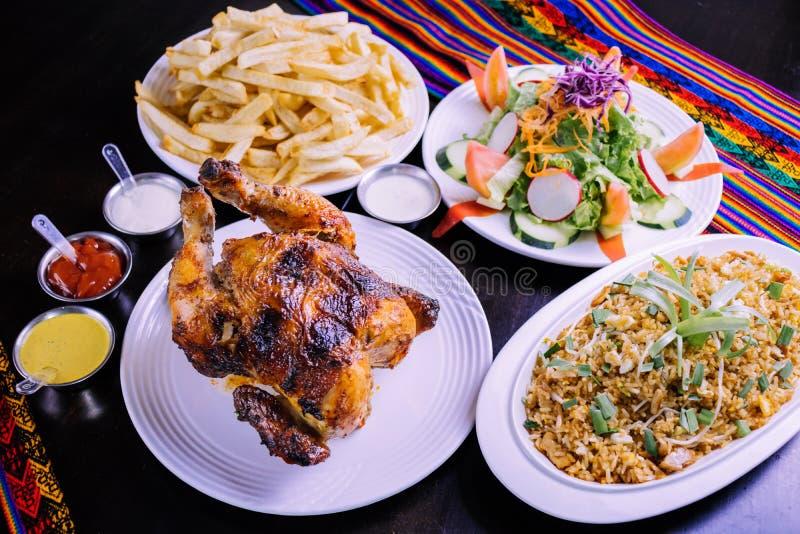 Peruanisches Lebensmittel: Pollo ein La brasa Betrug arroz chaufa lizenzfreie stockbilder