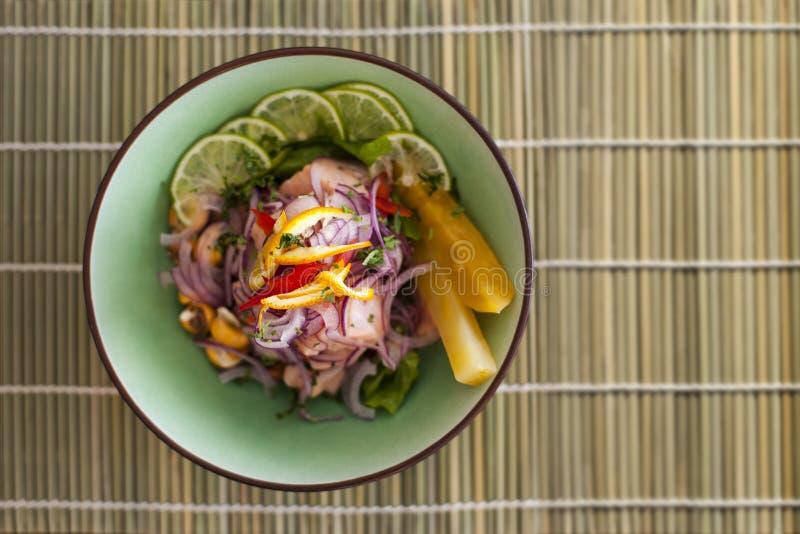 Peruansk ceviche för lax på matt bambu royaltyfria bilder