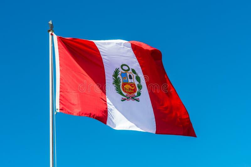 Peruansk flagga Anderna på Puno Peru royaltyfri foto