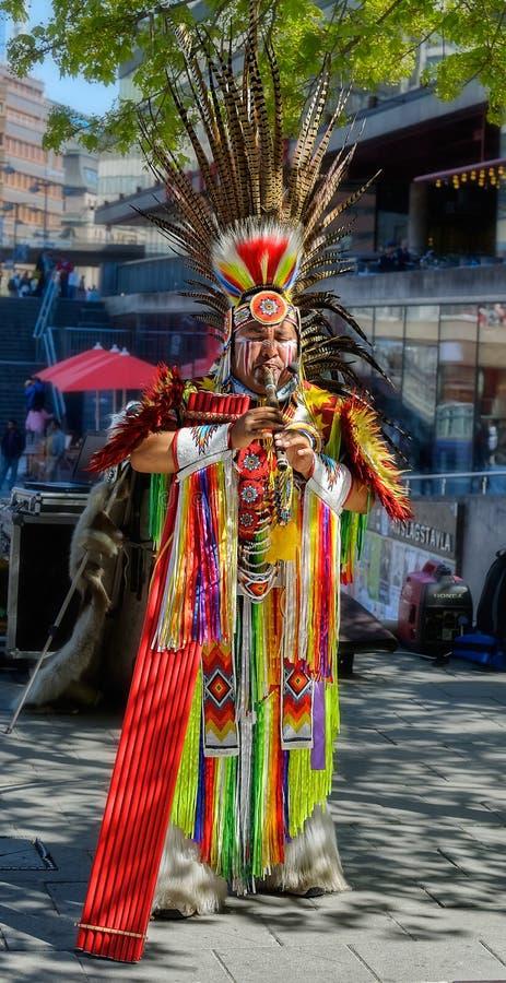 Peruansk gatamusiker med pannaflöjten som utför musik och dan royaltyfria bilder