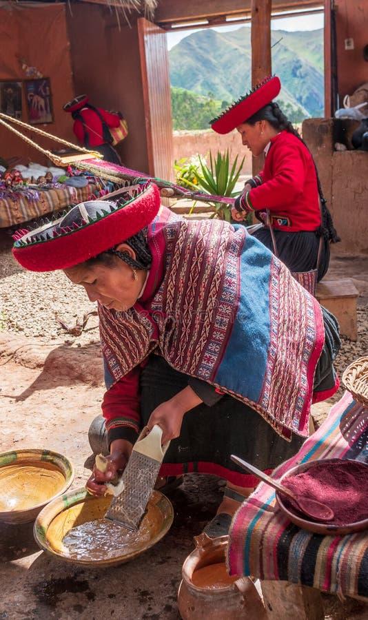 Peruansk kvinna i Chinchero arkivfoton