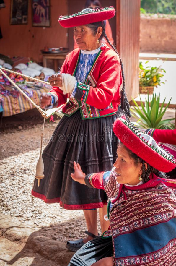 Peruansk kvinna i Chinchero royaltyfri bild