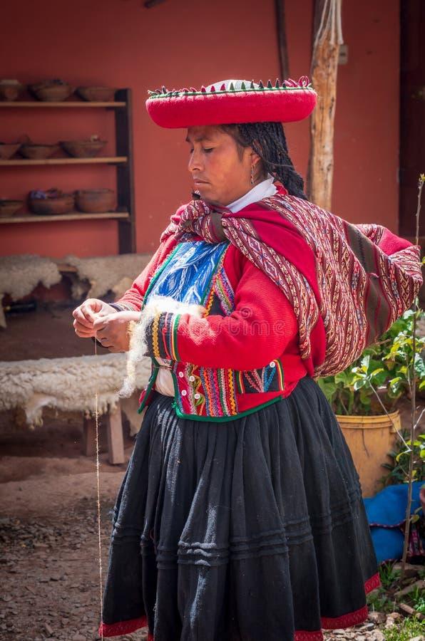 Peruansk kvinna i Chinchero royaltyfria bilder