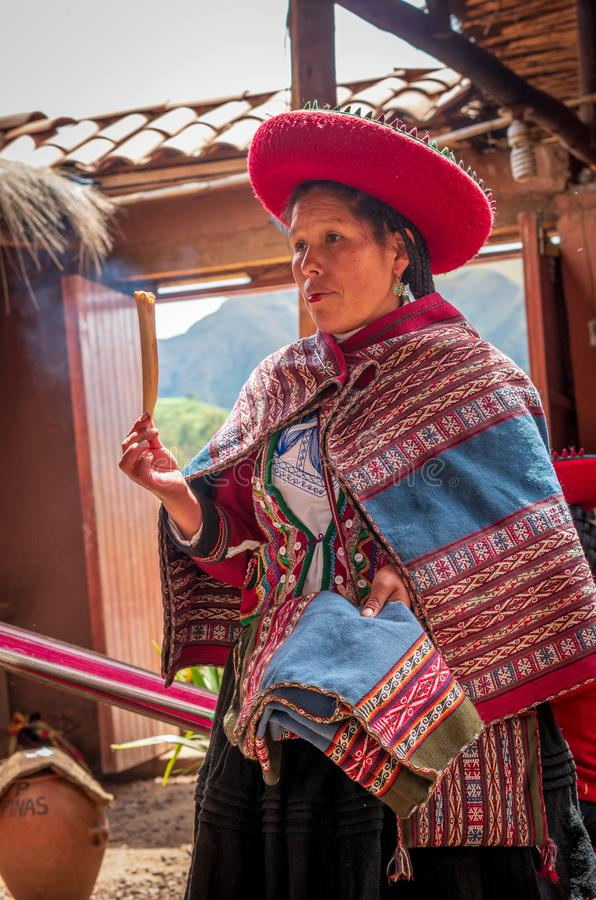 Peruansk kvinna i Chinchero royaltyfri foto