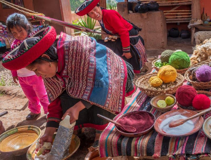 Peruansk kvinna i Chinchero fotografering för bildbyråer