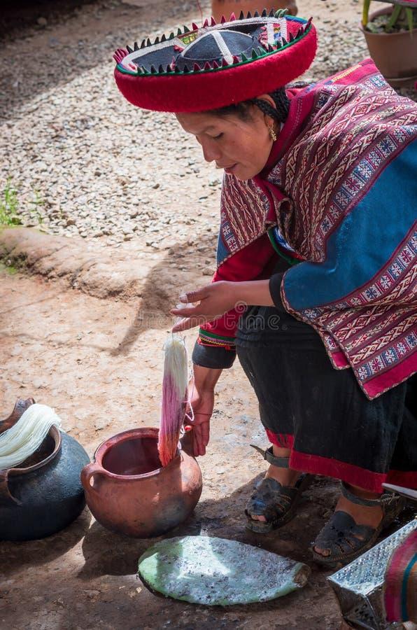 Peruansk kvinna i Chinchero royaltyfri fotografi