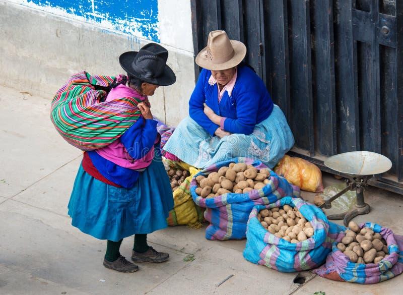Peruansk kvinna på gatan Huaraz Peru arkivbilder