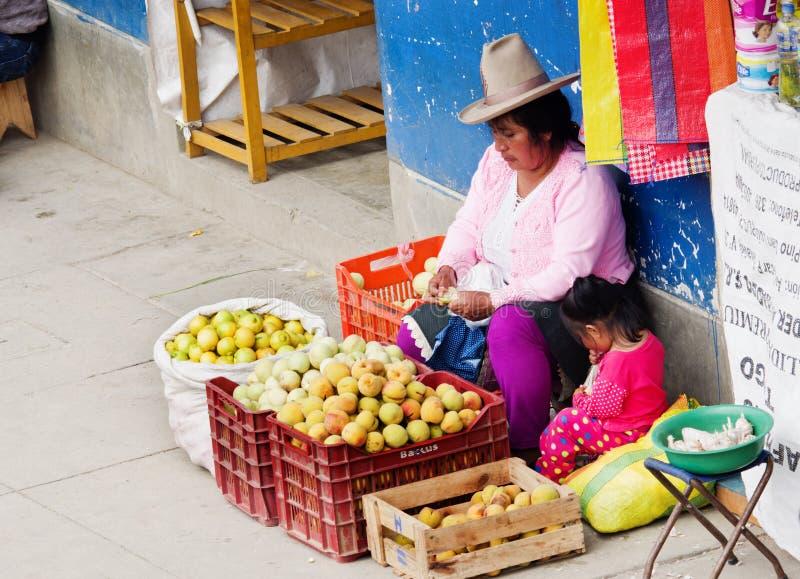 Peruansk kvinna på gatan Huaraz Peru royaltyfri bild