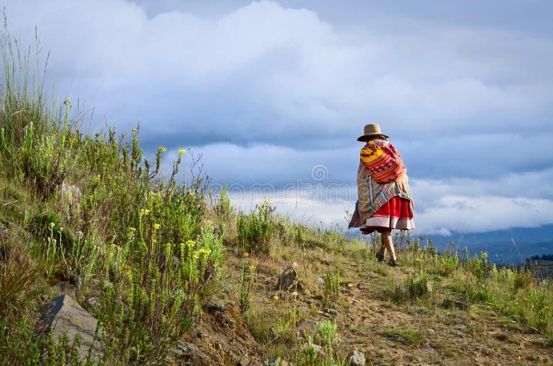 Peruansk kvinna på gatan Huaraz Peru royaltyfri foto