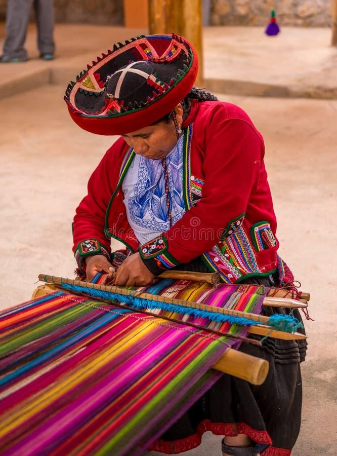 Peruansk kvinna som arbetar på traditionell handgjord ull royaltyfri foto