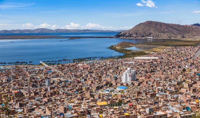 Peruansk stad Puno och sjöTiticaca panorama Peru fotografering för bildbyråer