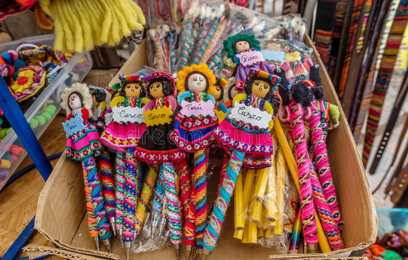 Peruansk traditionell varor och dockor som är till salu i Ollantaytambo, arkivfoton