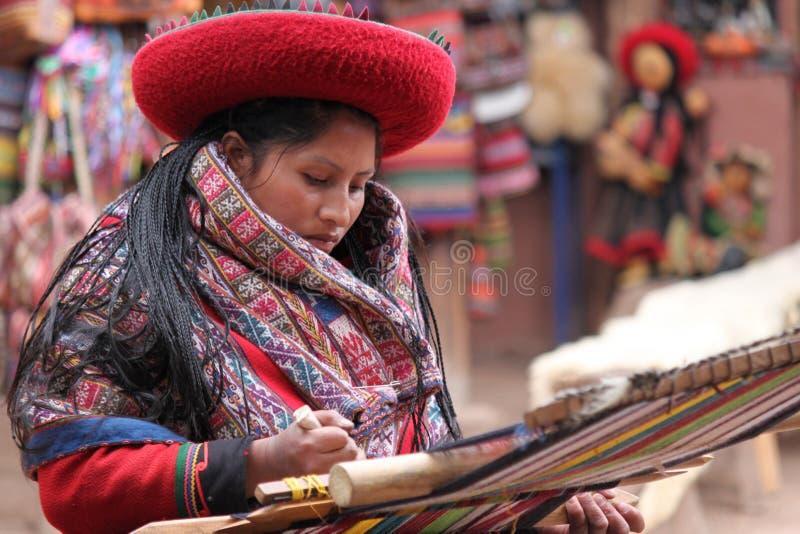 peruansk väva kvinna royaltyfri bild