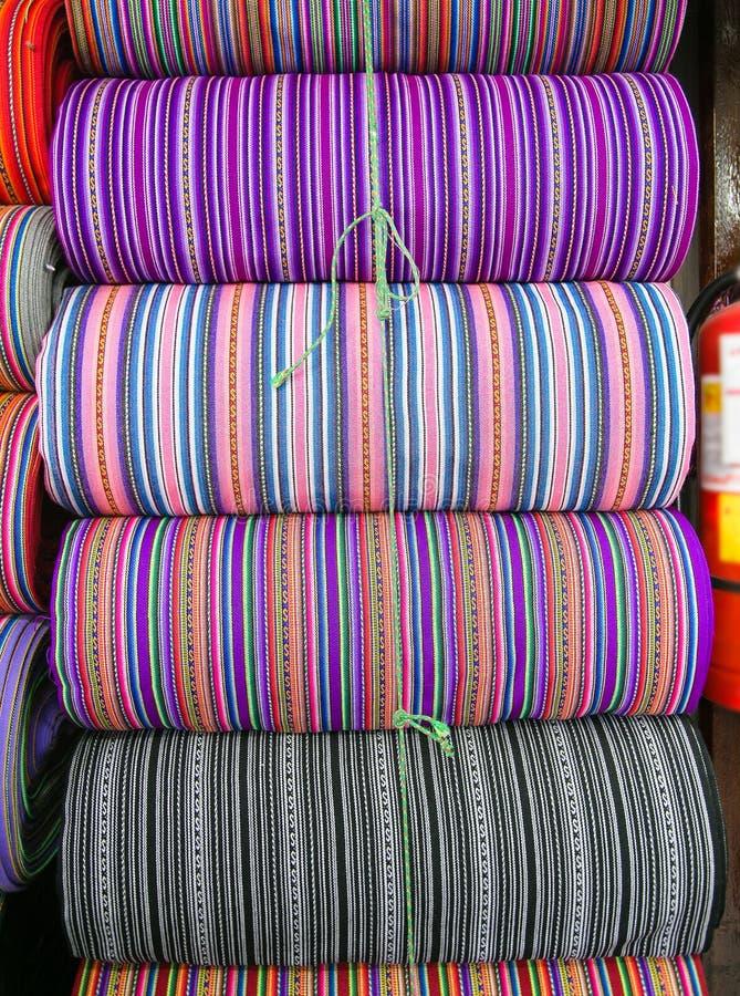 Peruanska traditionella, färgstarka inhemska hantverksmässiga textilvävnader på marknaden, Peru royaltyfri bild
