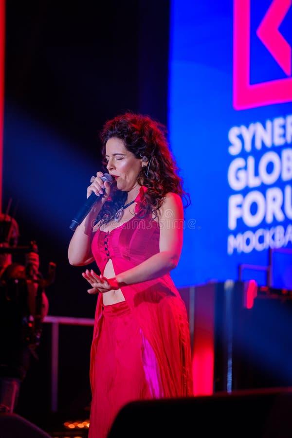 Download Peruquois Australijski Piosenkarz Wykonuje Przy Synergiego Globalnym Forum Fotografia Editorial - Obraz złożonej z śpiewa, głosy: 106914762