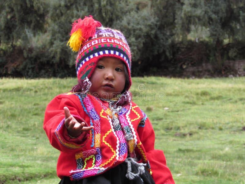 Peruviaans kind dichtbij Cuzco stock afbeelding