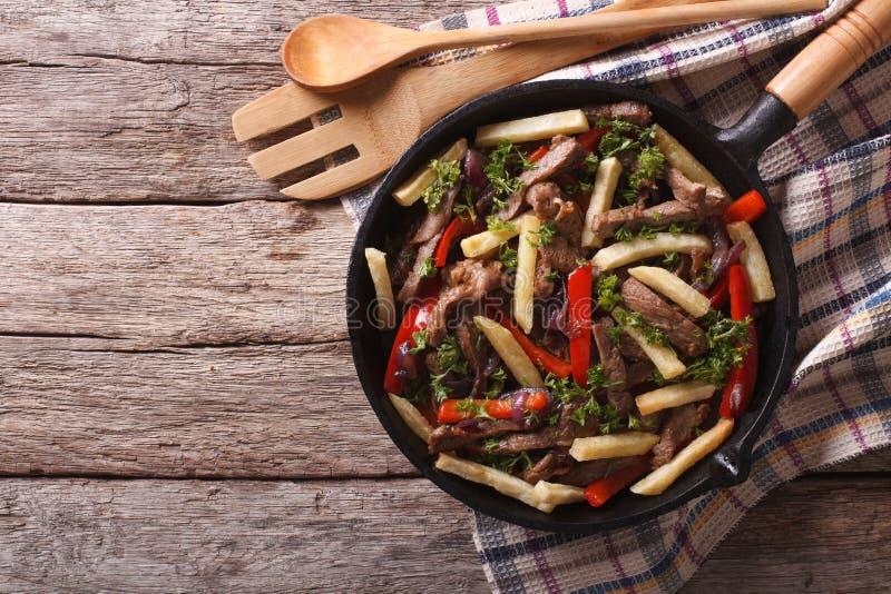 Peruviaans Voedsel: Lomosaltado in een pan horizontale hoogste mening stock foto