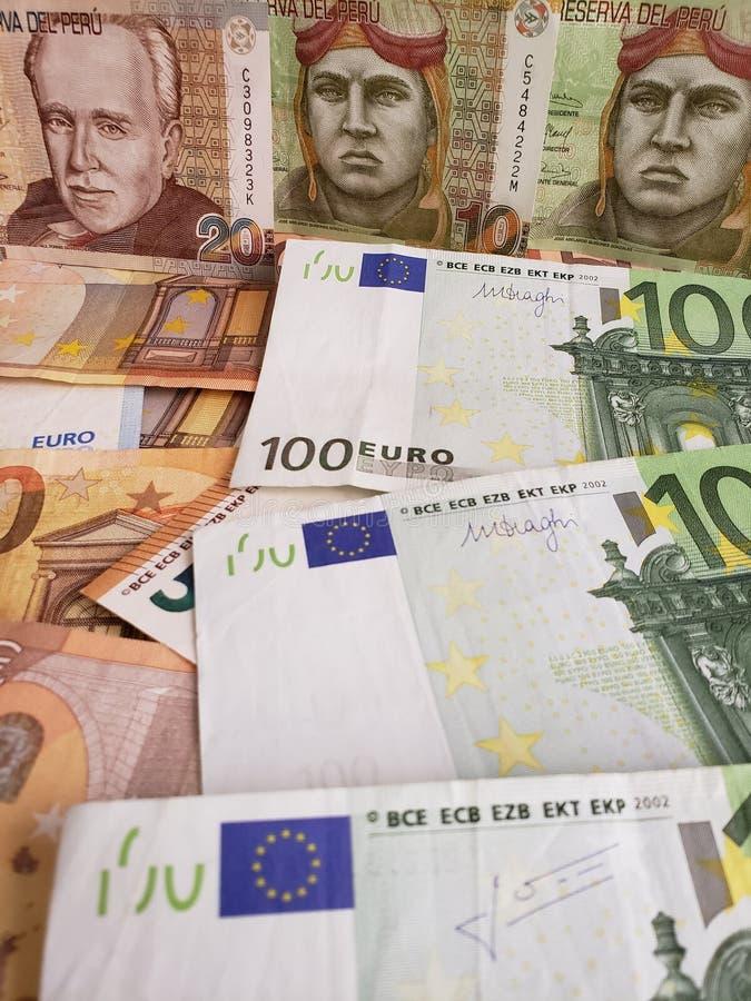 Peruviaanse bankbiljetten en euro rekeningen van verschillende benamingen royalty-vrije stock foto's
