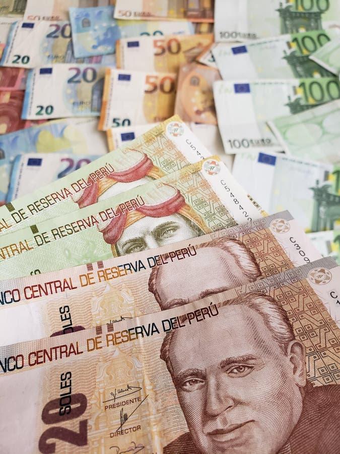 Peruviaanse bankbiljetten en euro rekeningen van verschillende benamingen royalty-vrije stock afbeelding