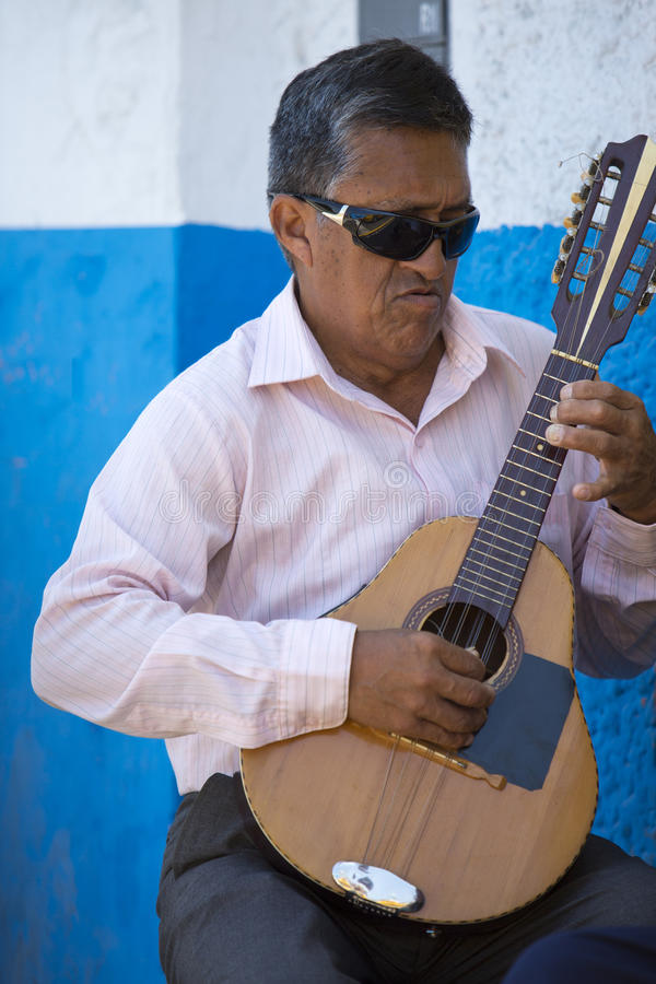 Peruviaanse blinde musicus het spelen gitaar buiten, Trujillo royalty-vrije stock foto's