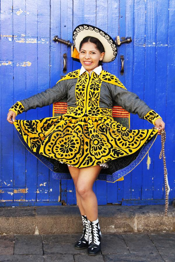 Peruviaanse danseres in traditionele kleding op de jaarlijkse Fiesta del Cusco, 2019 stock afbeelding