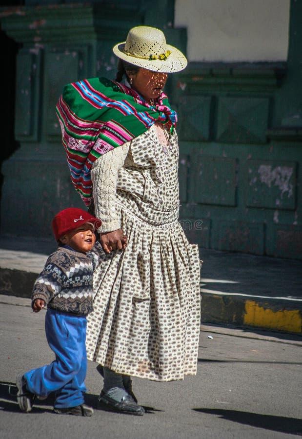 Peruviaanse moeder en een kind stock foto